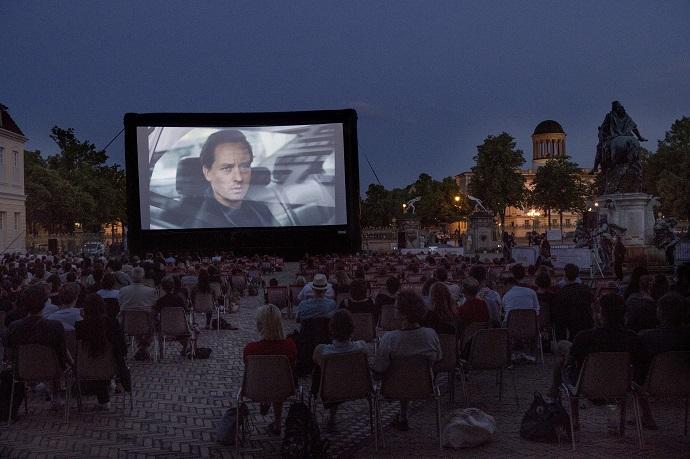 Foto: Ich und die Anderen von David Schalko | Berlinale Series | ARTE Sommerkino Schloss Charlottenburg | © Erik Weiss / Berlinale 2021 | Summer Special 9. Juni